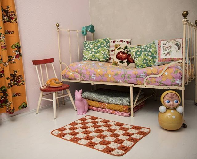 #rumpalipoika #retro #vintage #lastenhuonekalut #lastenhuone #lelukauppa #rautasänky #lastensänky #pupulamppu #lelu #polyroly #kidsfurniture #kidsroom #toys #toyshop #olddoll #ironbed #bunnylamp #kidsbed