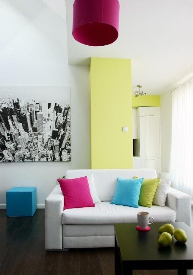 Ideen Wohnzimmer Streichen Akzent Grün Gelb Weißes Sofa