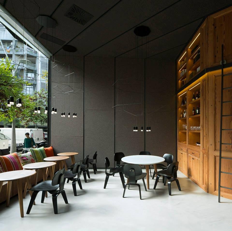 lámparas colgantes wireflow de vibia y sillas plywood group lcw de