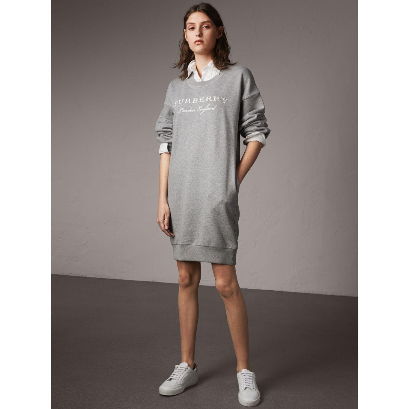 Burberry Robe Sweat Shirt En Jersey De Coton Avec Motif Brode Sweatshirt Dress Dresses Clothes