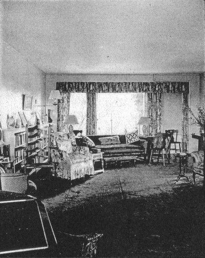Very rare interior photo of the Grey Gardens living room ...