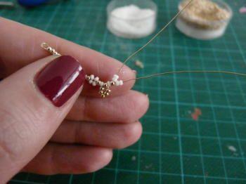 Um diesses Collier mit Ohrringen herzustellen braucht man: - feinen Golddraht ( 34 gauge wire) - Rocailles Größe 18/0 - Strass - Schmuckkleber - Prickelnadel - Pinzetten     Man beginnt damit, dass m
