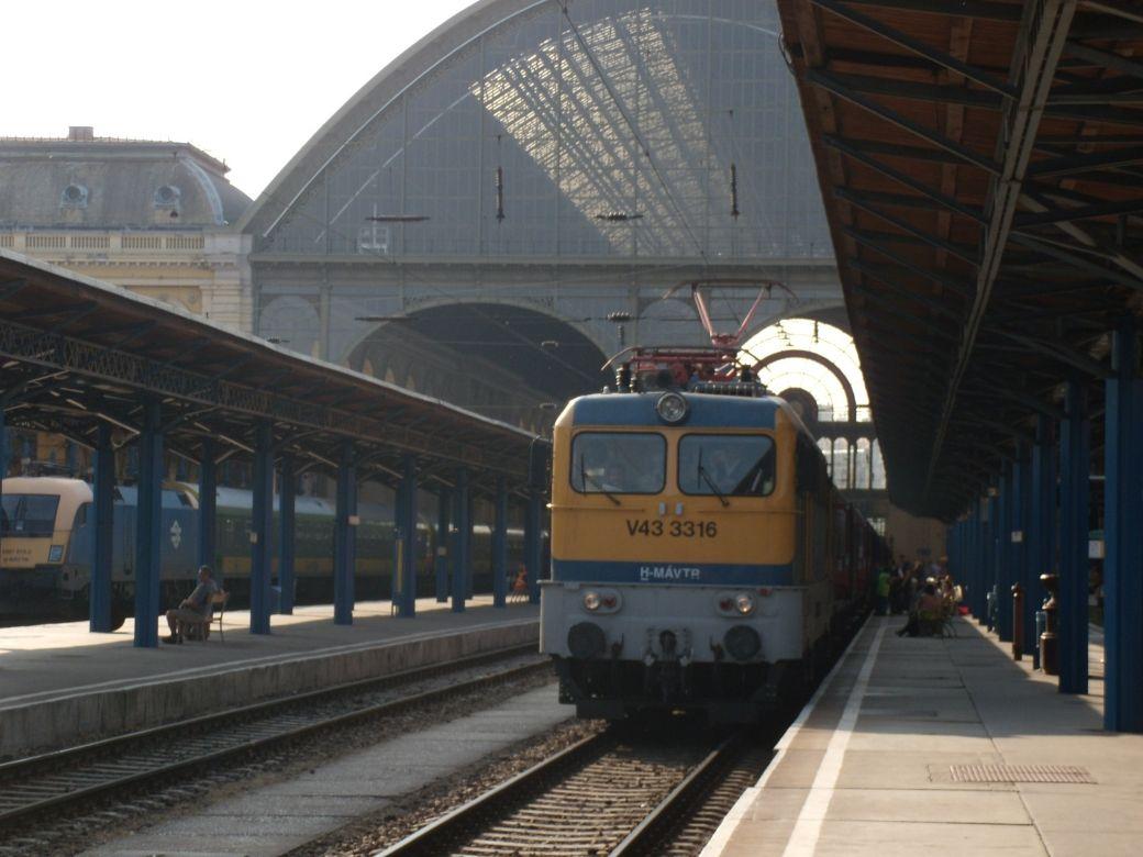 budapest train station budapest hungary train stations rh pinterest ch