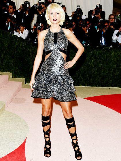 """Taylor Swift hat das Motto """"Technik-Mode"""" wirklich ernst genommen. Sie sieht in ihrem Kleid von Louis Vuitton aus, wie eine moderne High-Tech-Amazone."""