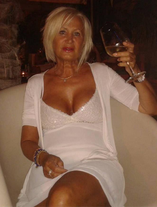 Roxanne ist eine sexy britische MILF