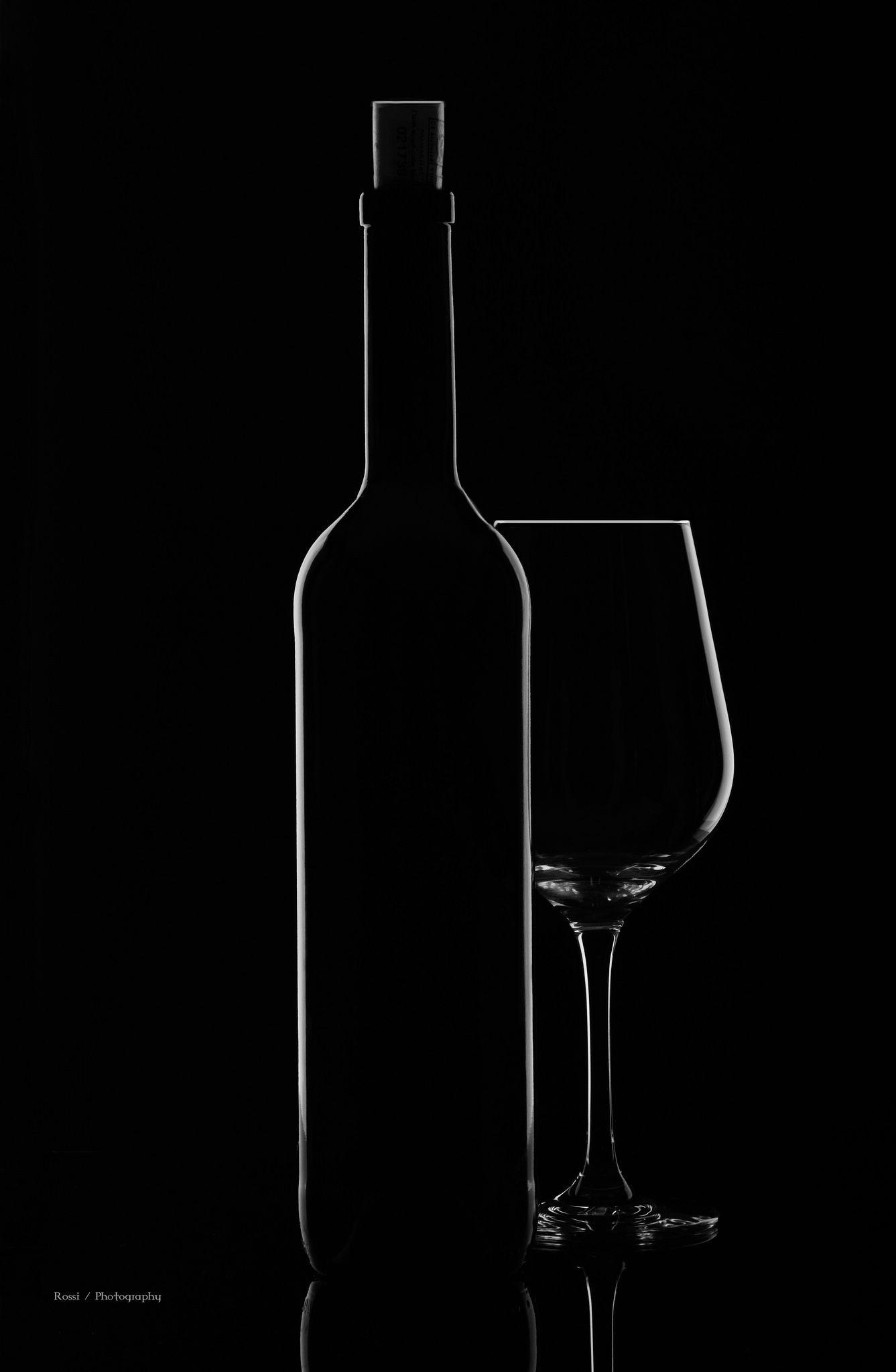 https://flic.kr/p/QKrVsa | DSC_2011 | Weinflasche , Weinglas auf schwarzen HG