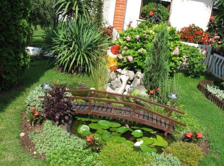 bonito puente de madera en estanque de jardin