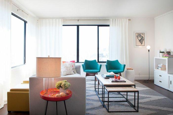 Ein Kleiner Tisch, Zwei Blaue Stühle, Ein Grauer Teppich, Oranges  Tischlein, Zimmer
