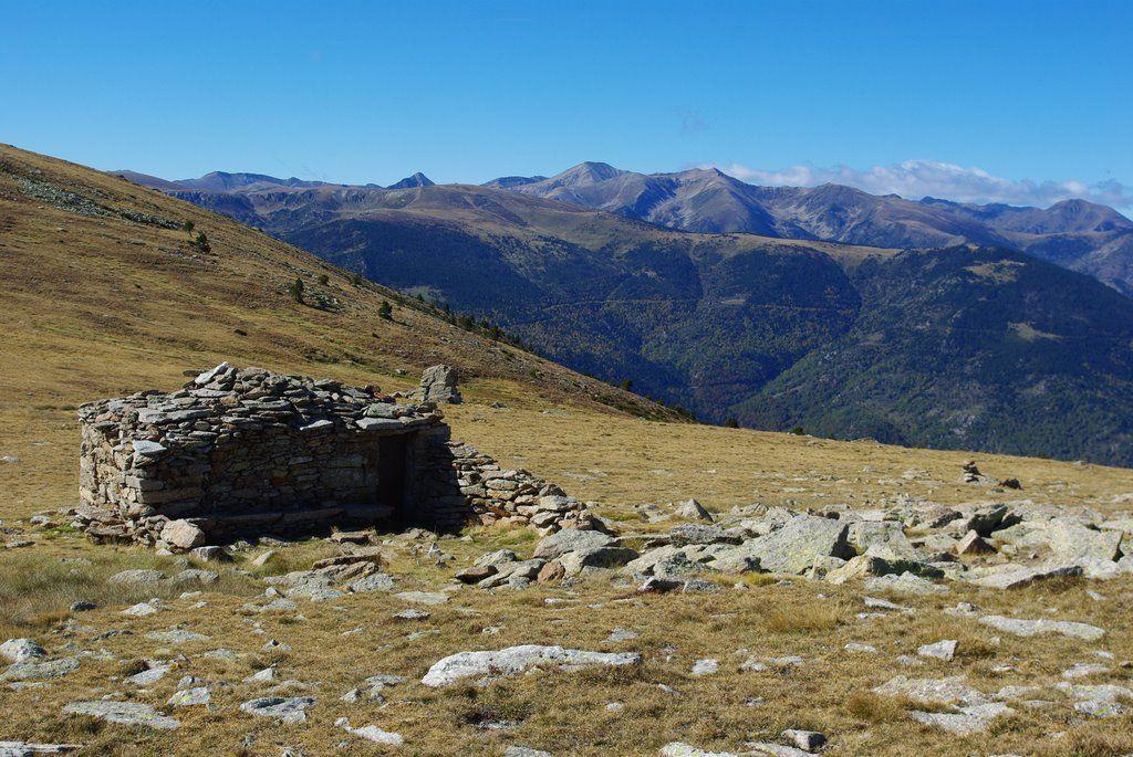L'ancien refuge du Pla Guillem (au fond le pic du Géant)