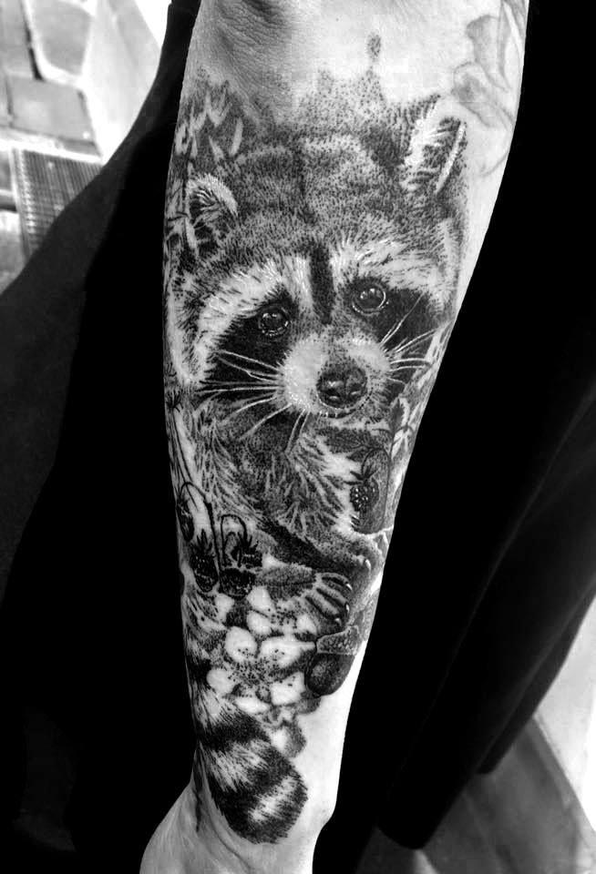 Realistisches Waschbär Tattoo im Dotwork-Stil | Sleeve ...