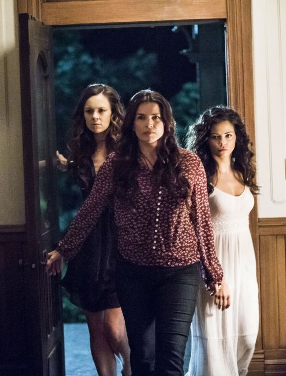 Witches Of East End Saison 3 : witches, saison, Witches, Season, Renewal:, Petition, Gains, Thousands, Signatures, After, Series, Lands, Netf…, Black, Magic, Woman,, Witch