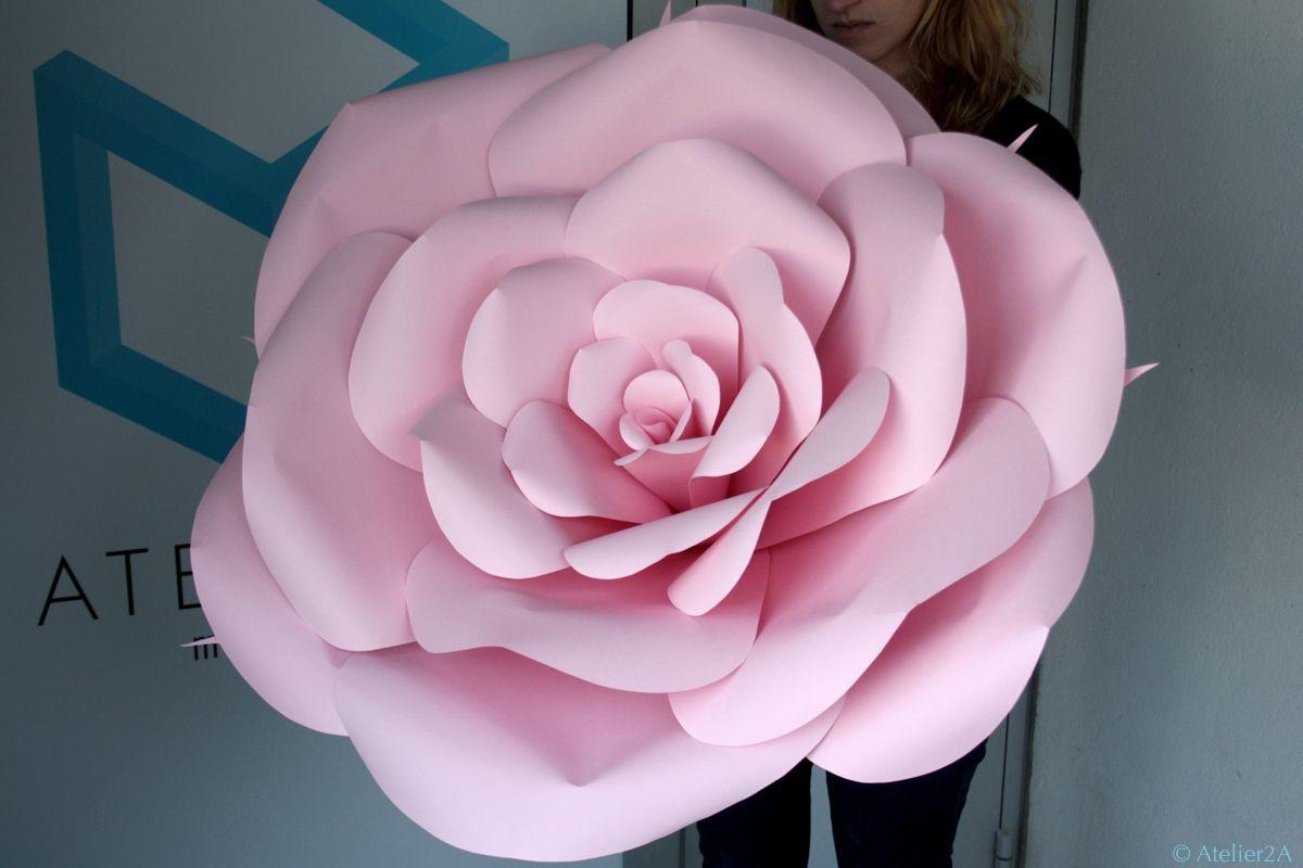 Création de fleurs géantes en papier pour la décoration des vitrines Roger & Gallet rue Saint ...