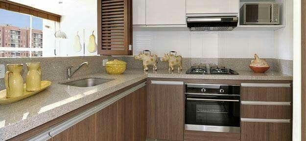 Cocina con tiradores de aluminio, melamine marrón y blanco ...