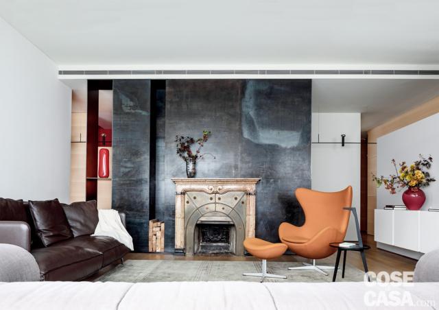 Una casa con spazi irregolari ben risolti con pareti in