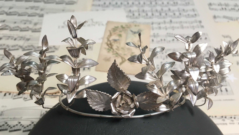Silberne Boho Brautkrone Mit Rosendekor Zur Hochzeit