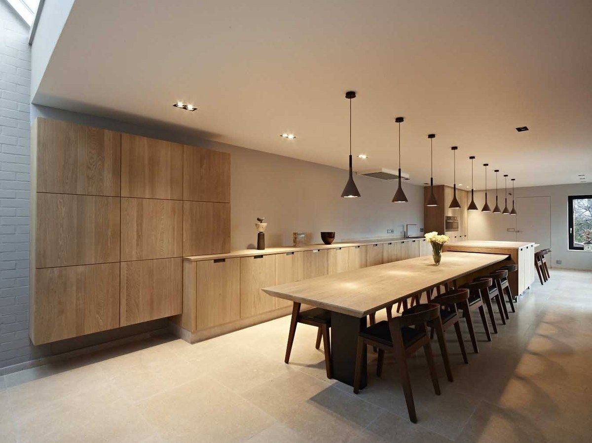 Strakke tijdloze eiken keuken met lange massieve tafel kitchen