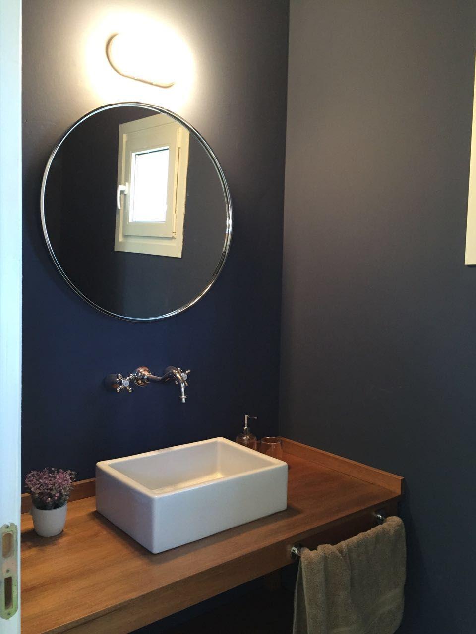 Toilette Azul Con Espejo Redondo Bacha Sobre Mesada Y Mueble De