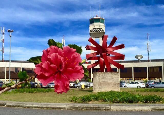 """El aeropuerto José María Córdova de Rionegro cumplió 30 años este 2015. Una flor para el JMC que tanto nos ha servido para unirnos con Colombia y el mundo.   Vemos paralela a la flor, como en un juego de emulación de formas, la escultura """"El Sol"""" del escultor payanés Edgar Negret emplazada en el eje arquitectónico de la terminal aérea."""
