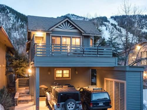 Elegant Cooper Street Home Aspen (Colorado) Located in Aspen in the Colorado Region, this holiday home is 400 metres from The John Denver Sanctuary. The property is 400 metres from Aspen Mountain Ajax and boasts views of the mountain.  There is a dining area and a kitchen.
