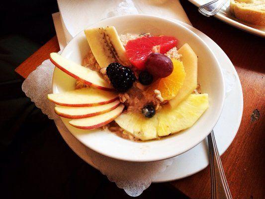 Birchermüsli mit Früchen im Café Puck