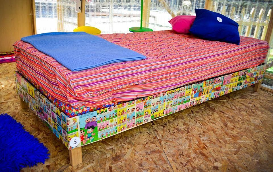 cama de solteiro feitas com mais de 225 caixas de leite.