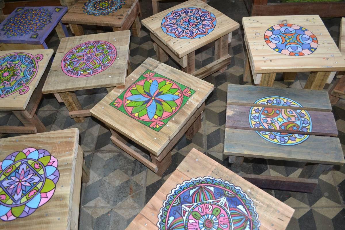 Bancos de madera de pallet con mandala pintado a mano - Muebles de madera pintados a mano ...
