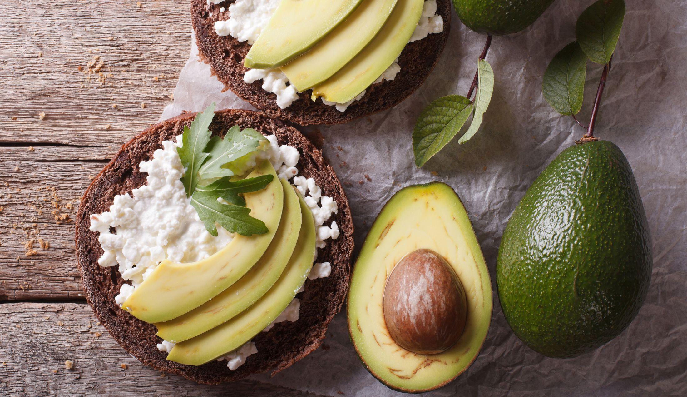 Hüttenkäse ist eiweißreich und fettarm – genau der richtige Snack für Zwischendurch, beim Abnehmen, während einer Diät oder beim Muskelaufbau. Hier die besten Rezepte mit Hüttenkäse