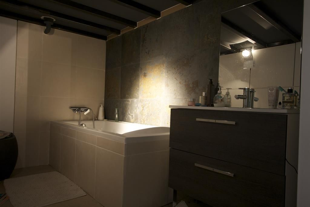 Bicolor bathroom (concrete and beige) with a low ceiling Designed - salle de bain grise et beige