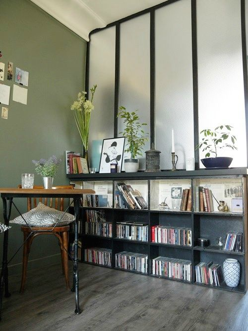 une biblioth que avec des caisses vin devant une verri re biblioth que pinterest caisse. Black Bedroom Furniture Sets. Home Design Ideas