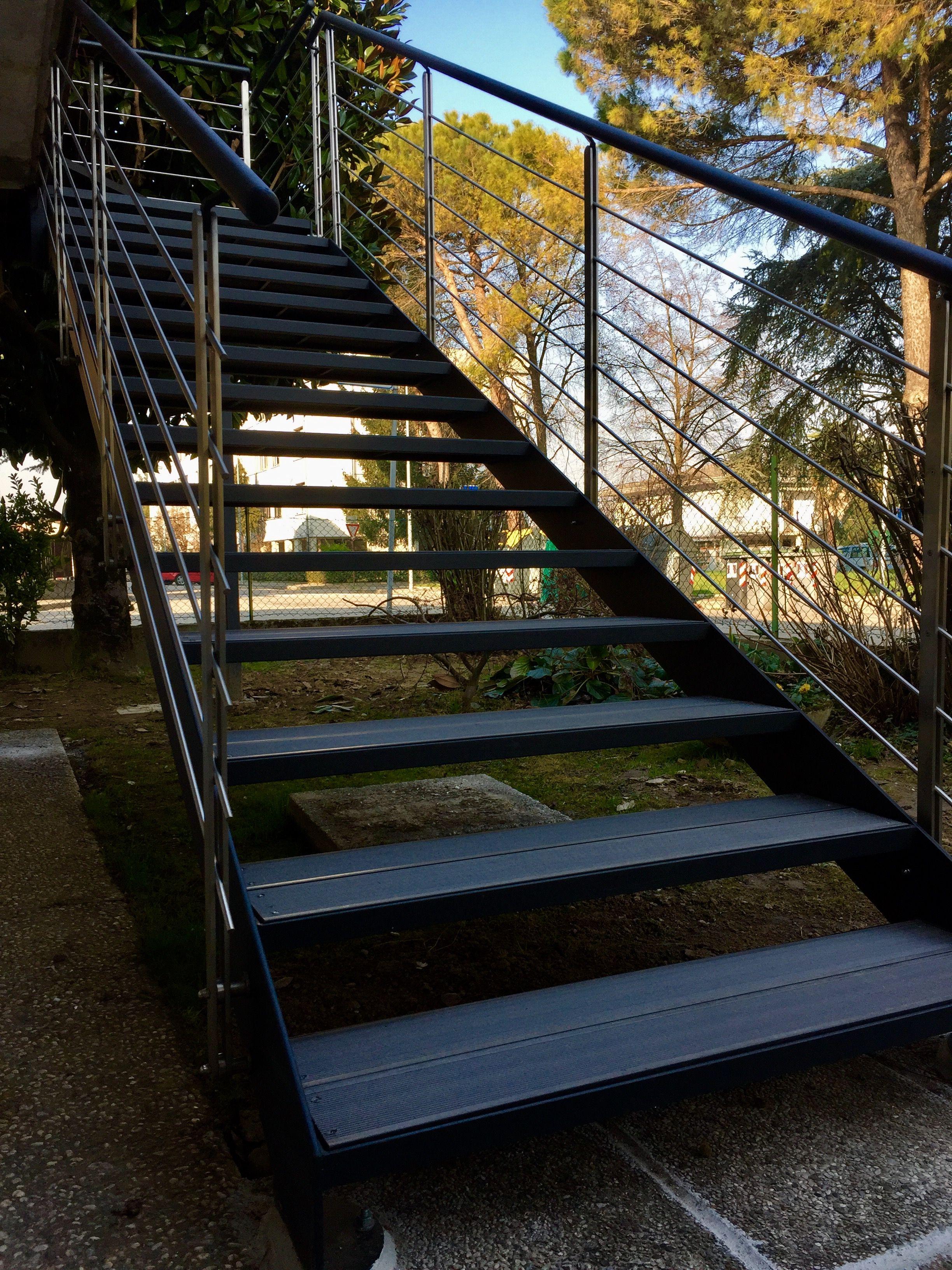 scala in ferro da esterno in stile moderno con parapetti in acciaio
