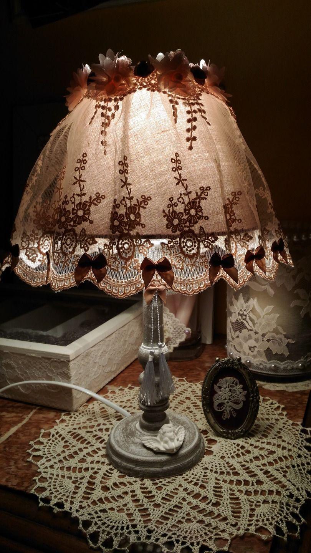 lampe d 39 appoint taupe et blanche esprit shabby chi luminaires par les intemporels shabby. Black Bedroom Furniture Sets. Home Design Ideas