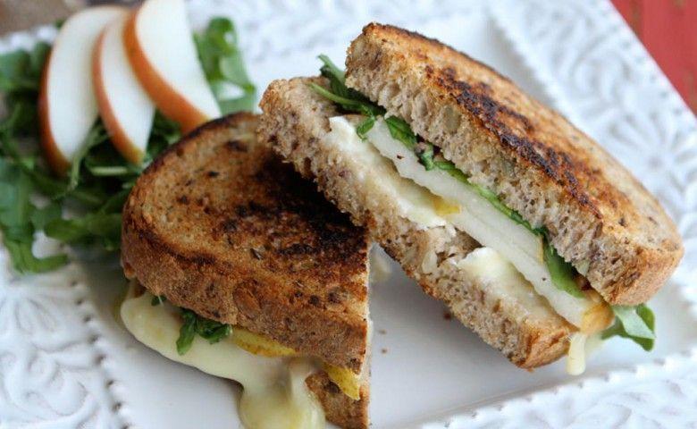 Grilled Cheese Sandwich with Brie, Pear, and Hazelnuts.  Al contadino non far sapere quanto è buono il formaggio con le pere!