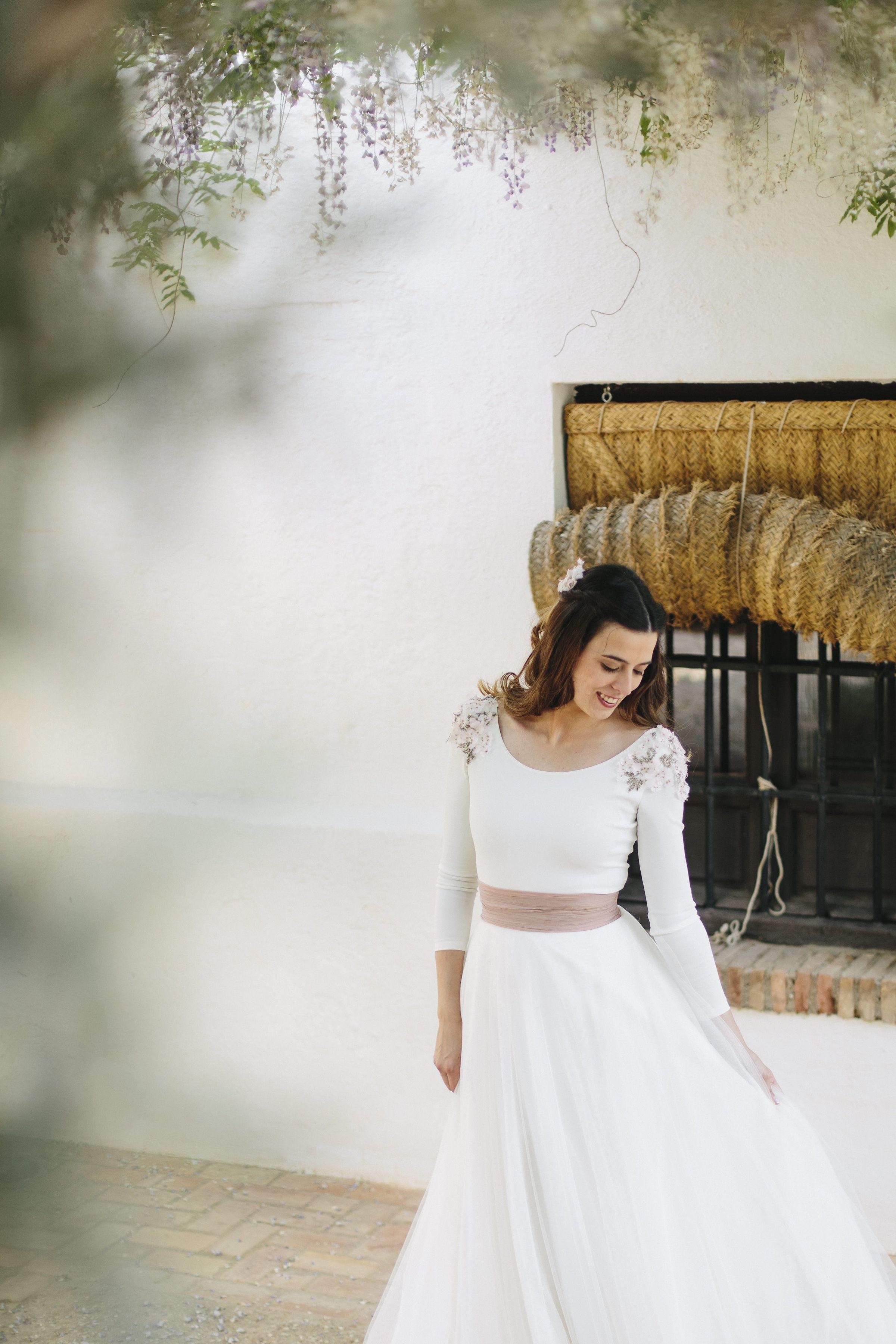 9afd608c47 Novias románticas con tul y hombreras de flores de almendro. Alba ...