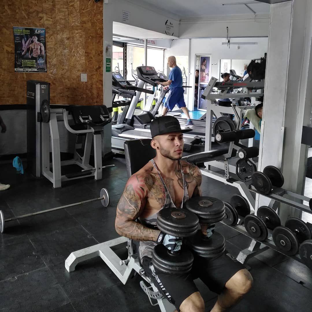🌴☀️👊Muchos desahogan sus penas en el alcohol, yo las desahogo en el gimnasio.  #tattoo #bodybuilding...