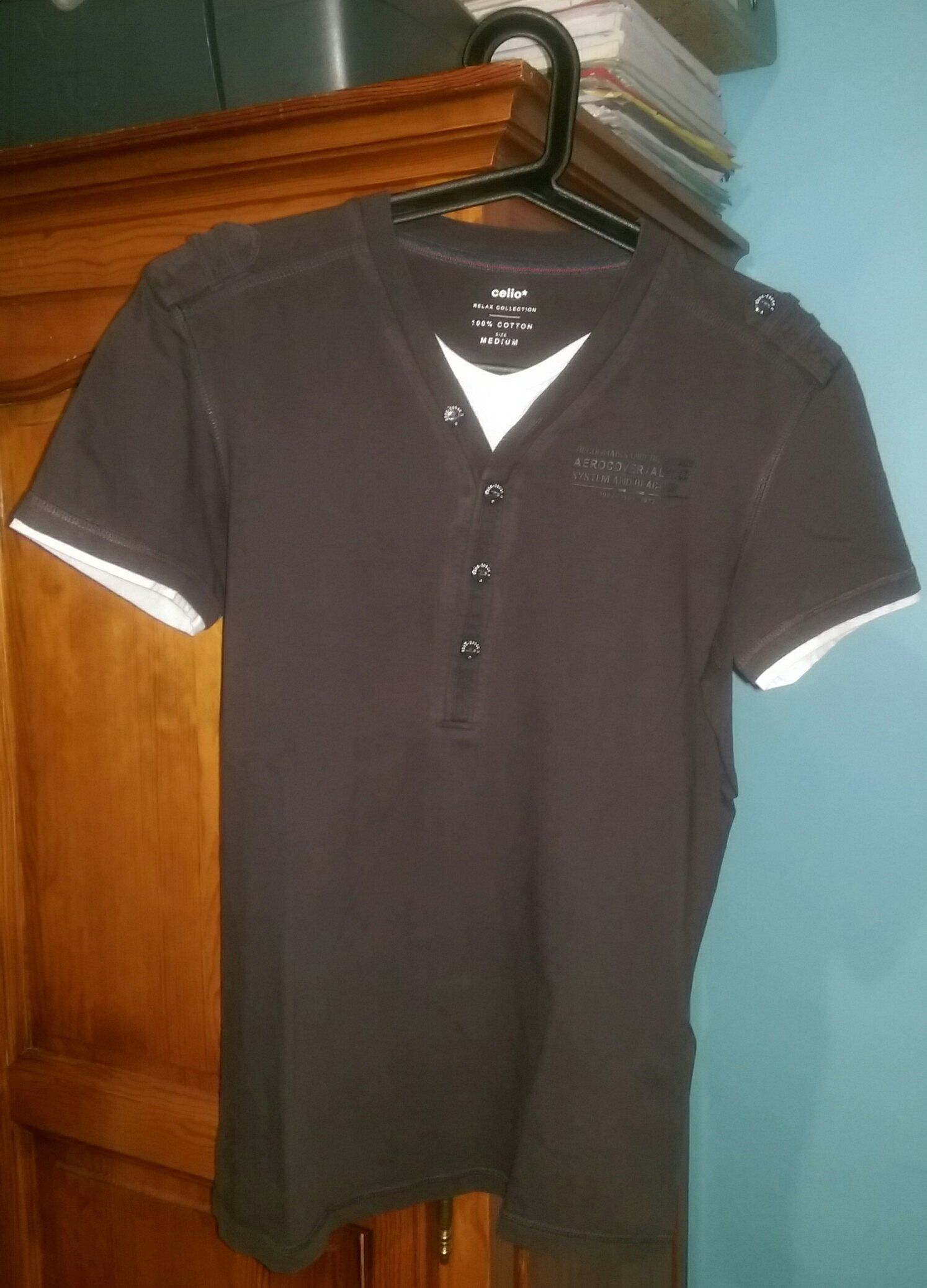 T-shirt Noir clair Celio Relax collection Boutons décoratifs Doublure au  col et aux extrémités des manches (uniquement décorative) 100% coton Taille  M ... 1a8ff49fa749