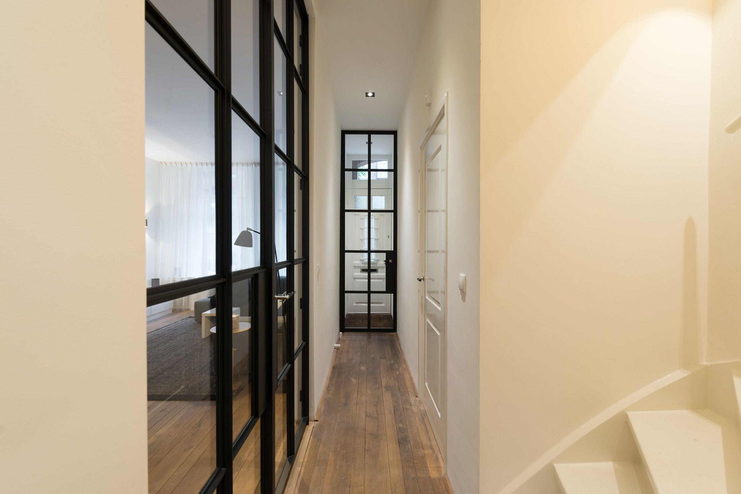 Dit woonhuis in amsterdam is voorzien van prachtige deuren van