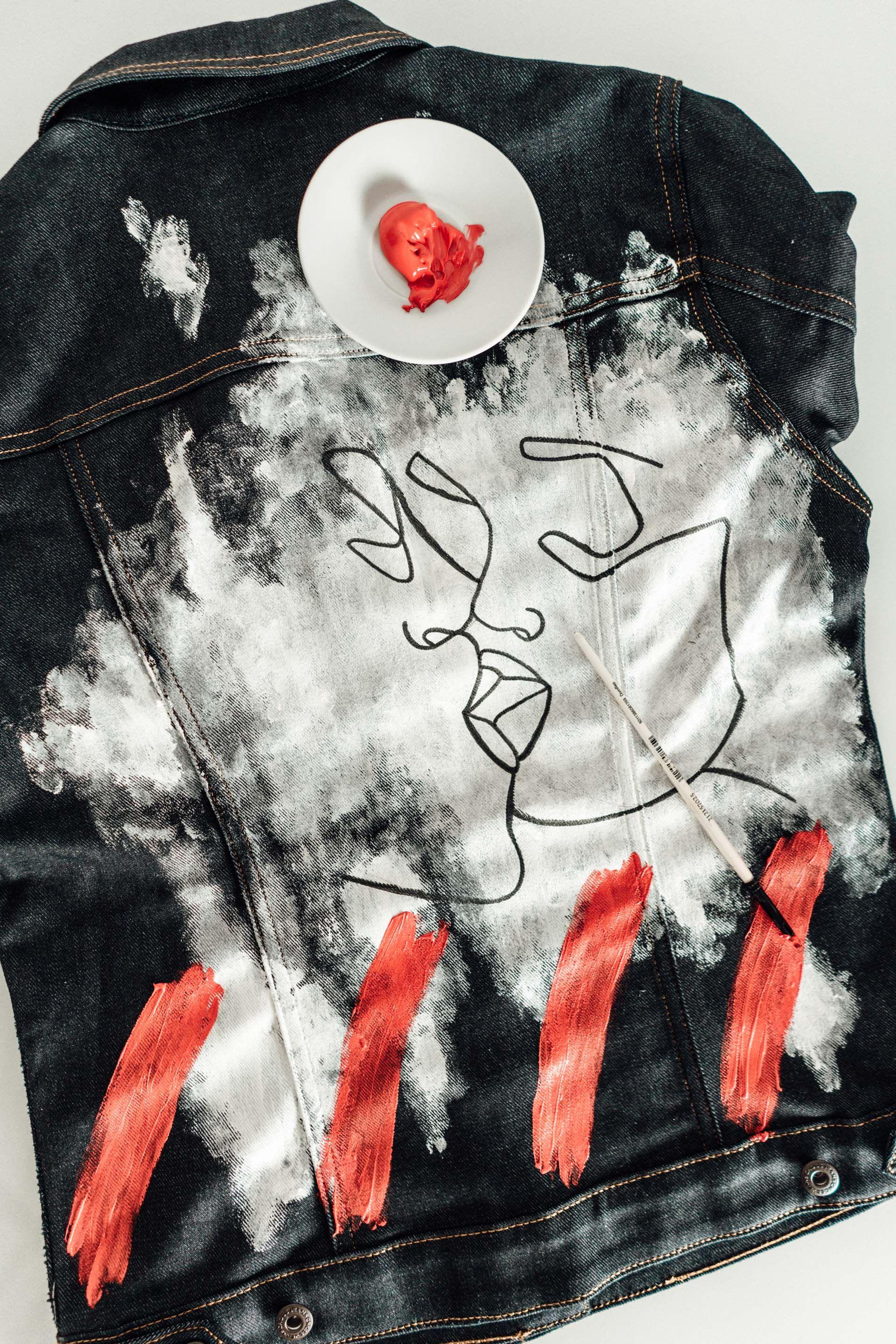 Ihr wollt ein schlichtes Denim Teil aus eurem Schrank ein wenig individualisieren und neu gestalten? Hier findet ihr ein tolles Denim DIY für Jeans & Jacke.