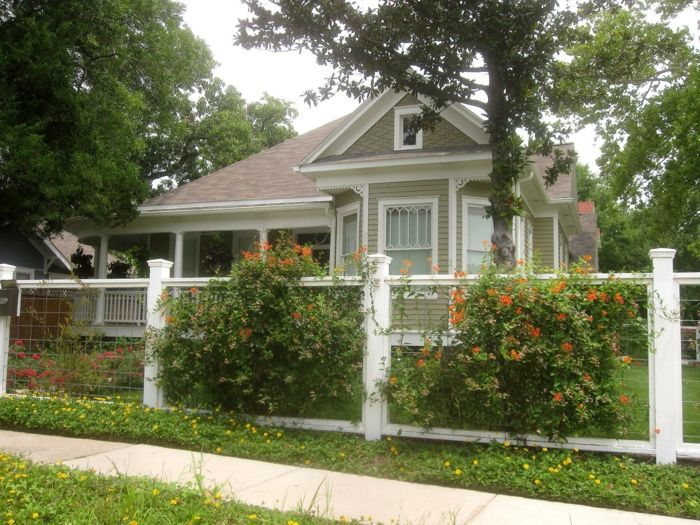 Orange Blumen, Weißer Zaun, Hoher Baum Schöne Vorgärten, Niedliches Haus