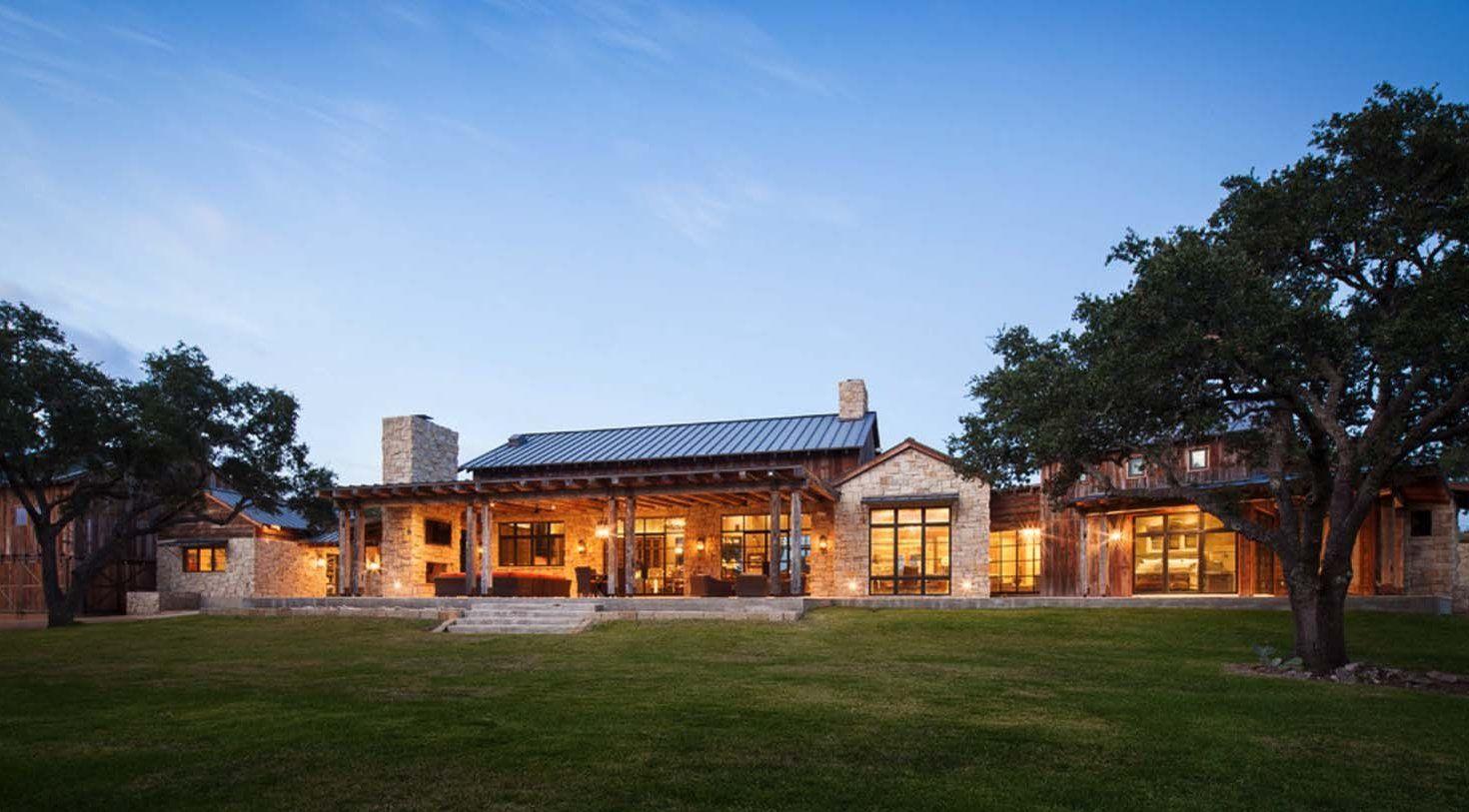 Modern Rustic Barn Style Retreat In Texas Hill Country A Modern Rustic Ranch House Designed As A Family Retreat By Cor 2020 Mimari Ev Tasarim Planlari Tasarim Evler