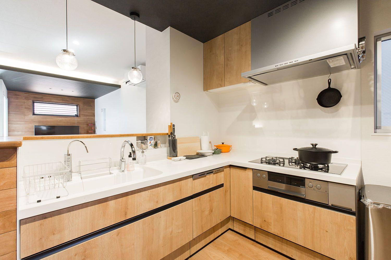 大きく使いやすいl字のキッチン お皿が好きな奥様のために小さなお家