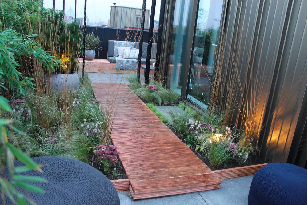 Houten Tuin Vlonders : Looppad van houten vlonder planken met grassen beplanting en