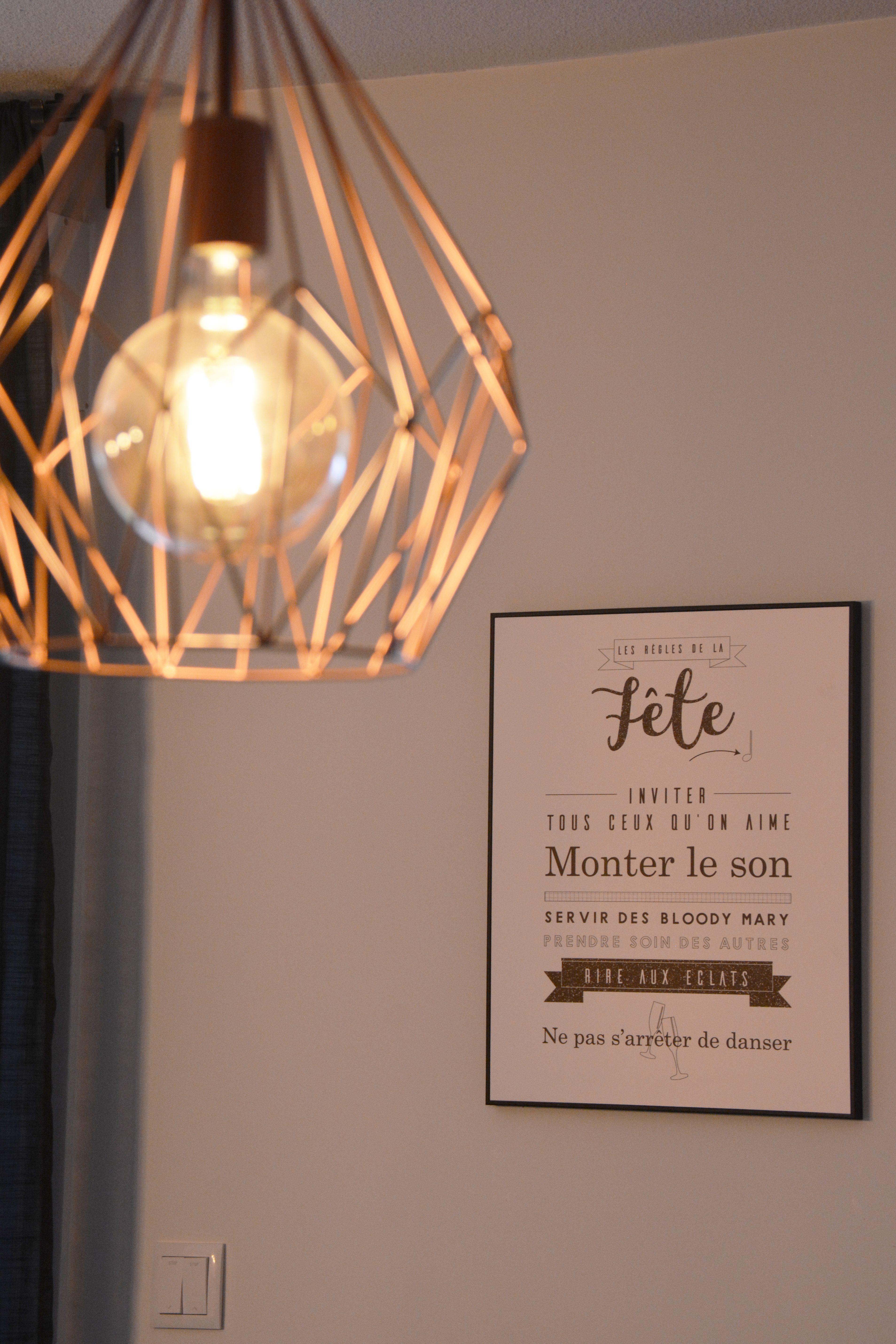 Lampe filament et filaire en laiton dans le salon avec cadre d co sur les r gles de la maison - Cadre les regles de la maison ...