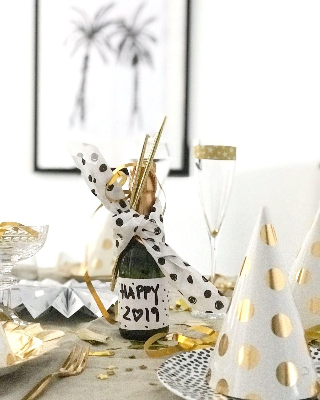 silvester tisch deko in schwarz weiss gold - happy new year 2019