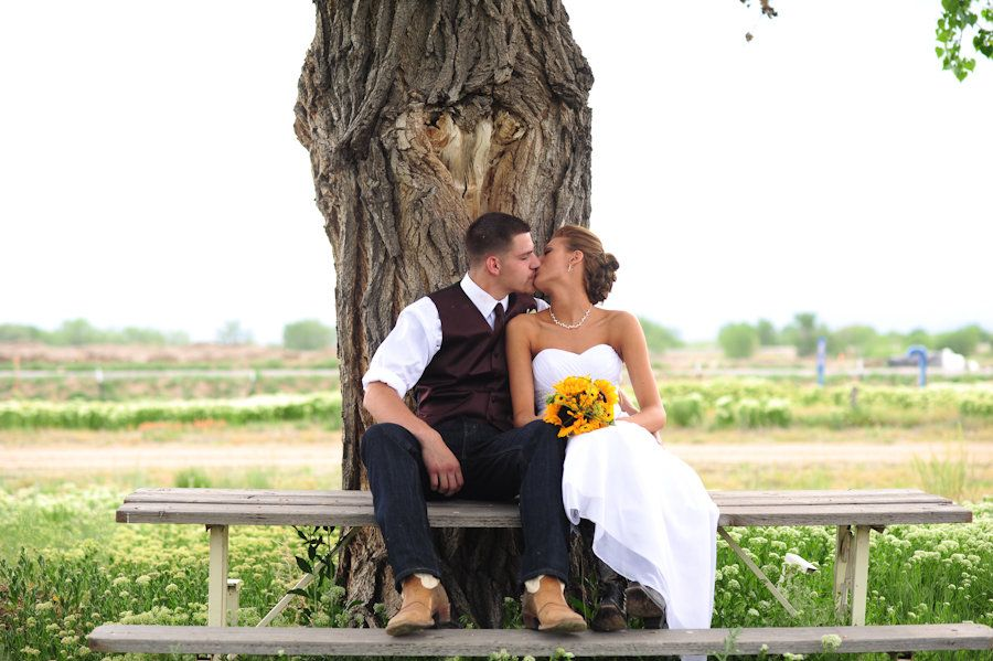 Love, Me | Kissing tree | Country Song Wedding| yellow sunflower bouquet | Storytellers Events http://www.storytellersevents.com/blog/love-me-kissing-tree/