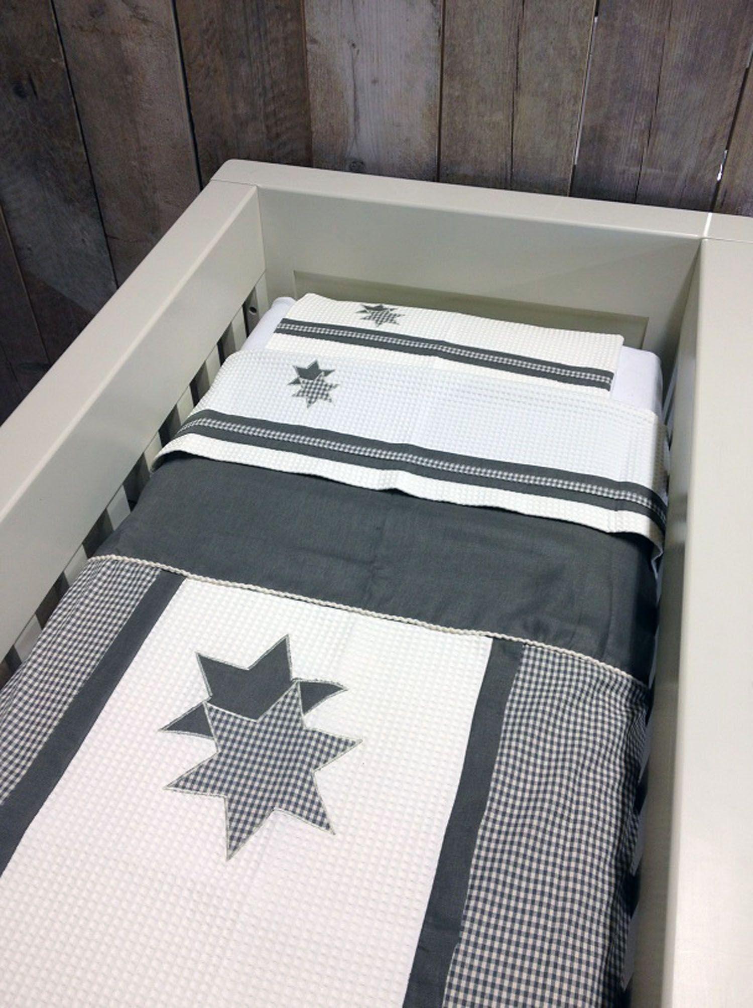 Complete Aankleding Babykamer.Grijs Lakentje In Ledikant In Babykamer Complete Aankleding