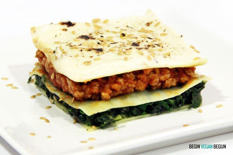 Lasaña vegana de espinacas y soja, fácil de hacer y muy sabrosa. Ideal para una comida diferente y con ingredientes 100% vegetales ¡Pruébala!