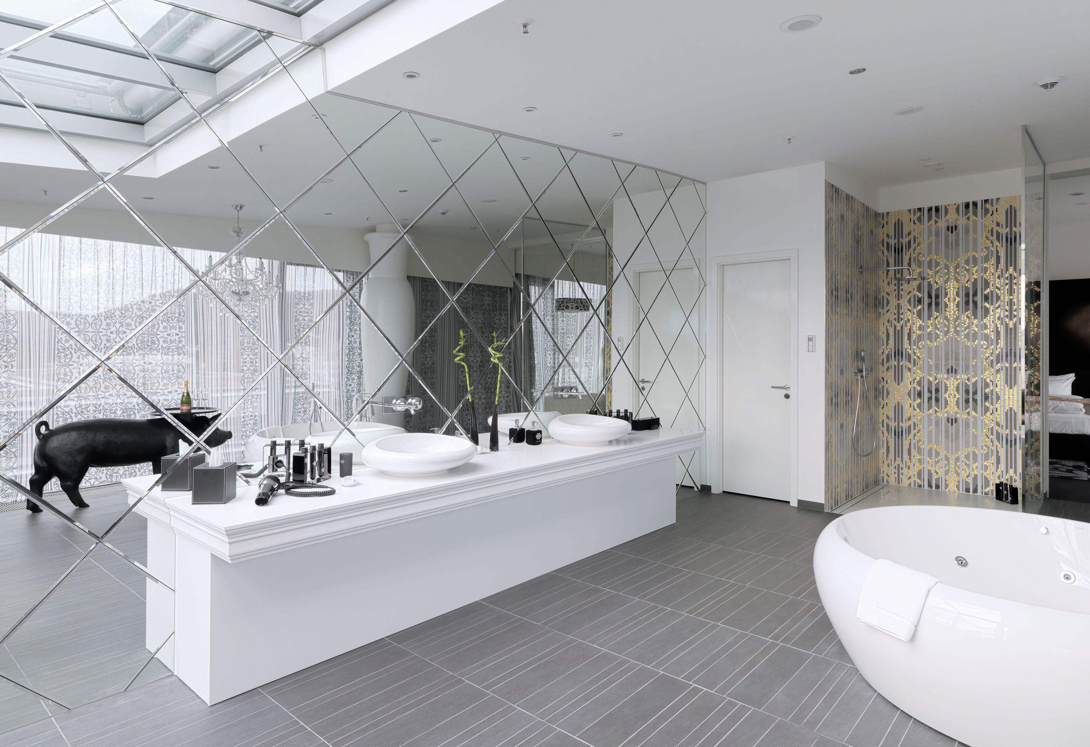 KING SUITE - KAMEHA GRAND BONN Das geräumige Badezimmer ist ...