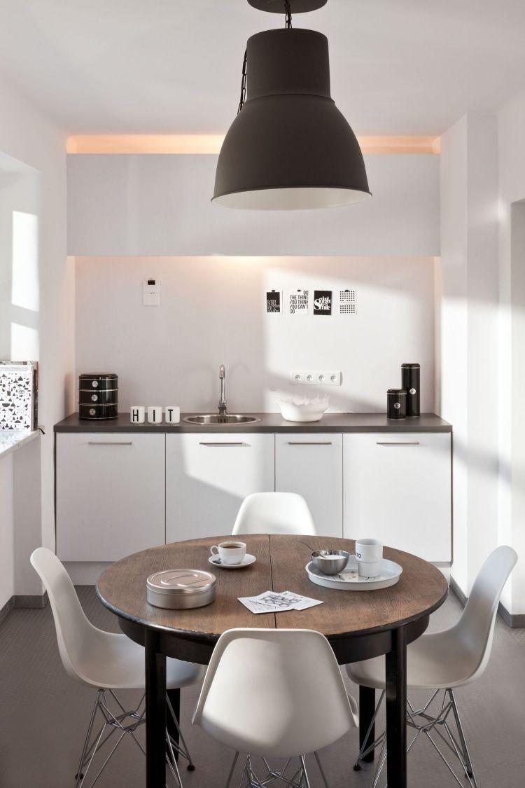 Runder Ausziehbarer Esstisch Aus Massivholz Und Kleine Weiße Küchenzeile