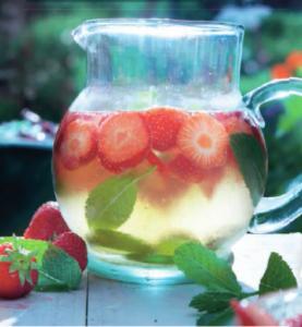 Roze fruitbowl   Prosecco, roodfruitmineraalwater, partjes limoen, munt,  en 200 gram aarbeien gesneden, maak het af met ijsblokjes