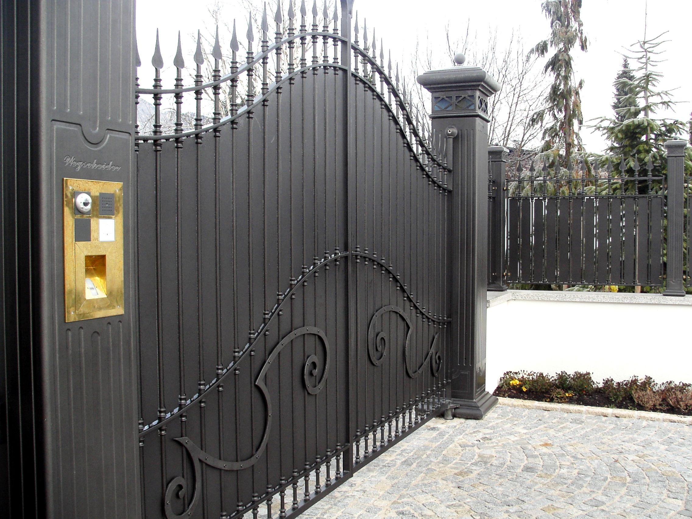 cancello in ferro con lance a punta pilastri fresati e